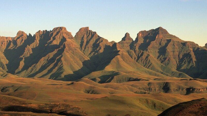 Cathedral Peak in den Drakensbergen, uKhahlamba Drakensberg Park, KwaZulu-Natal © Diamir