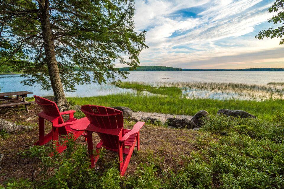 Kejimkujik NP mit den berühmten roten Stühlen im Vordergrund