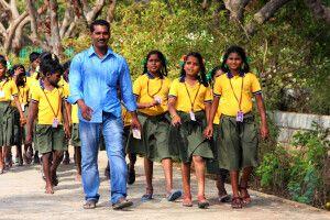 Schulklasse unterwegs in Mahabalipuram