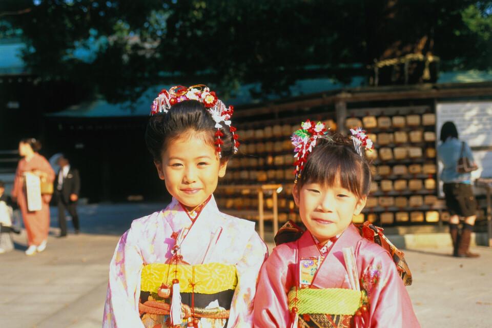 Mädchen auf einer Hochzeit im Meiji Schrein, Tokio, Honshu, Japan