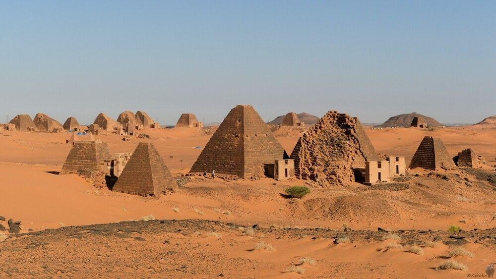 4. Pyramiden von Meroe bei Tag