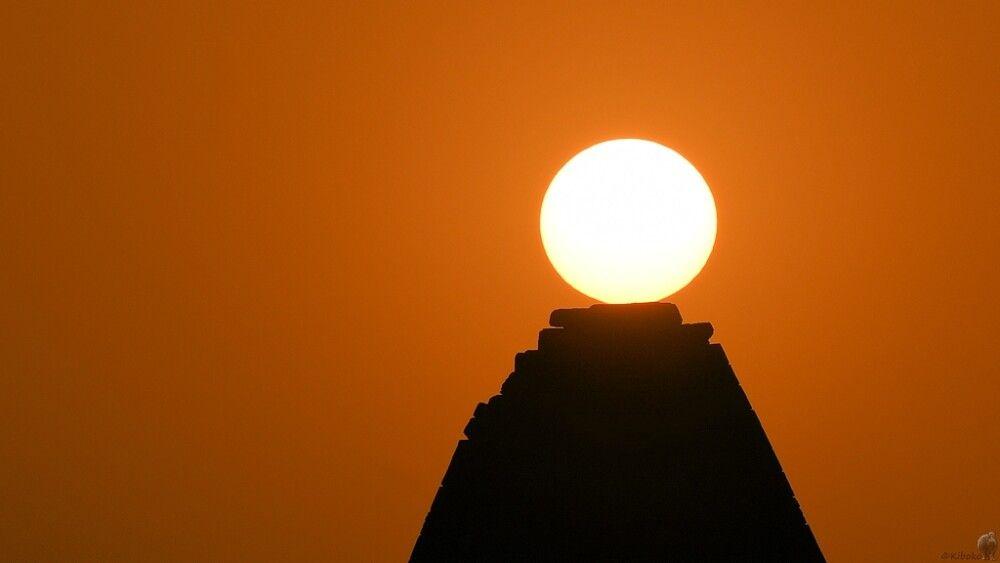 10. Die Sonne landet auf einer Pyramide