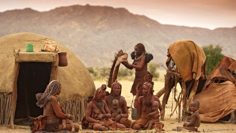 Himba-Dorf in der Wüste © Diamir