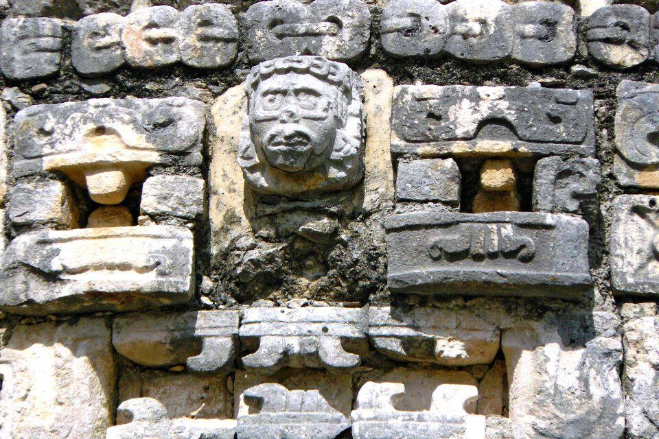 Kunstvolle Steinmetzarbeiten der Mayas