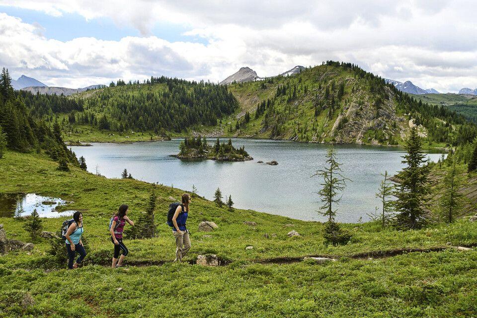 Wanderer nahe der Sunshine Mountain Lodge