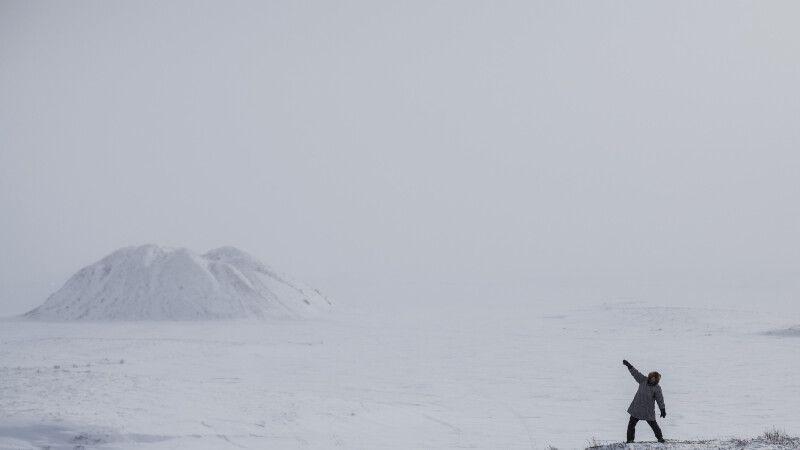 Blick vom winterlichen Tuktoyaktuk auf die markanten Pingos © Diamir
