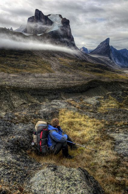 Wanderer am Mount Thor, Auyuittuq National Park, Baffin Island