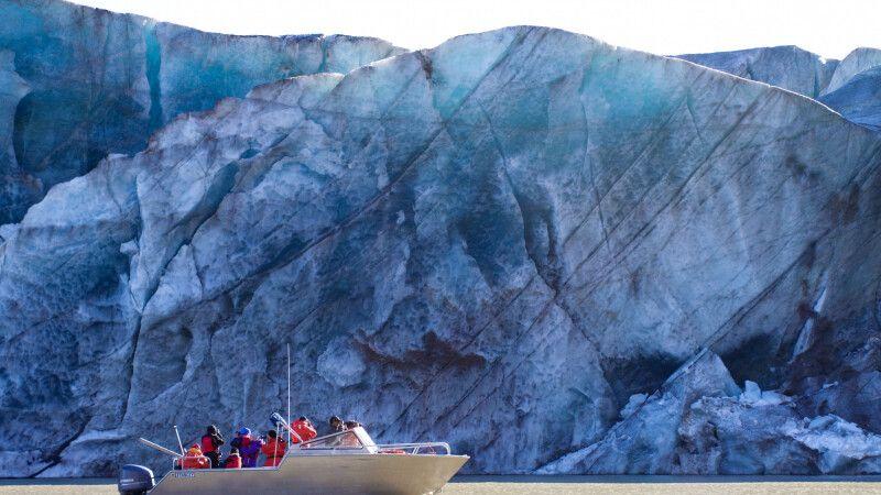 Mit dem Boot zum Auyuittuq NP vor einem riesigen Gletscher, Baffin Island © Diamir