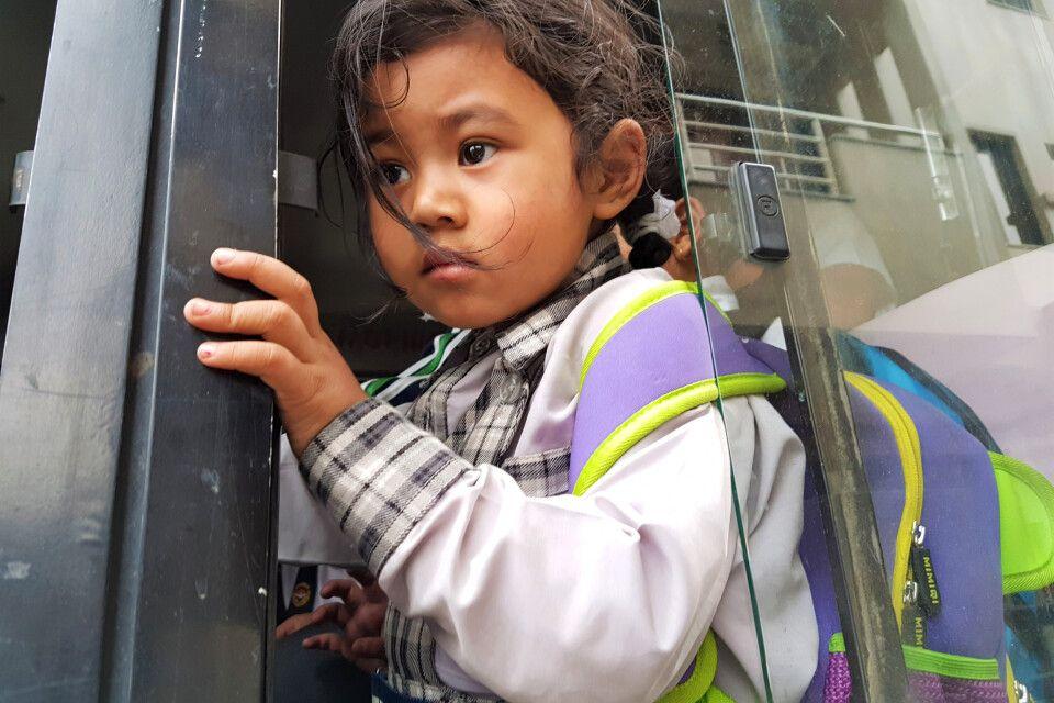 Kleines Mädchen im Schulbus