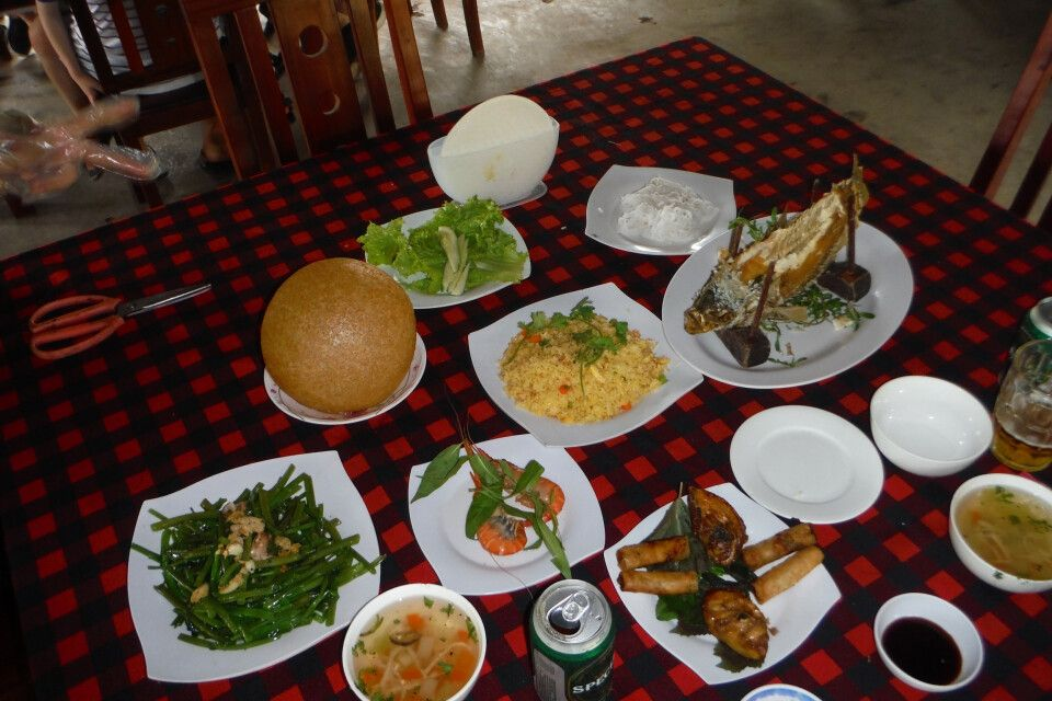 Reich gedeckter Tisch im Mekongdelta