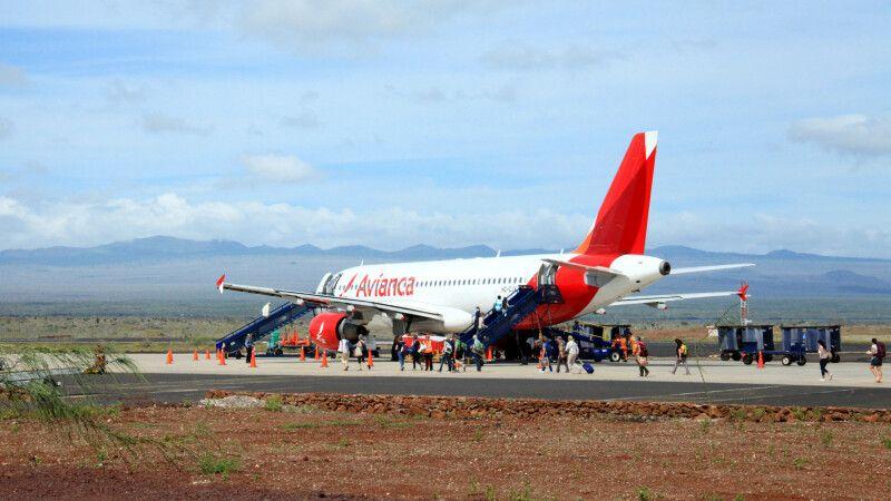 Flugzeug am Flughafen in Baltra © Diamir