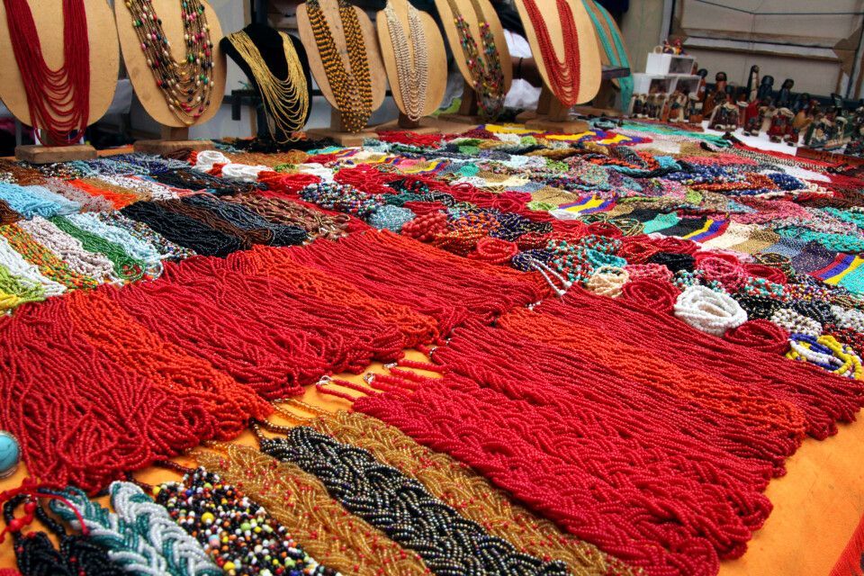 Traditioneller Schmuck auf dem Markt von Otavalo