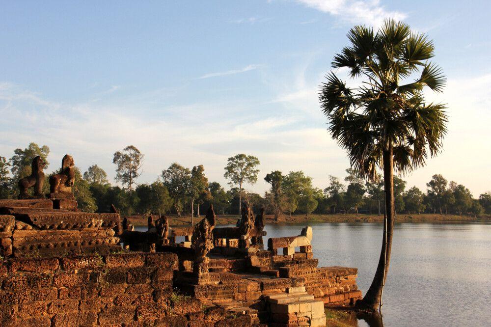 Sonnenaufgang an einem Wasserbecken in Angkor