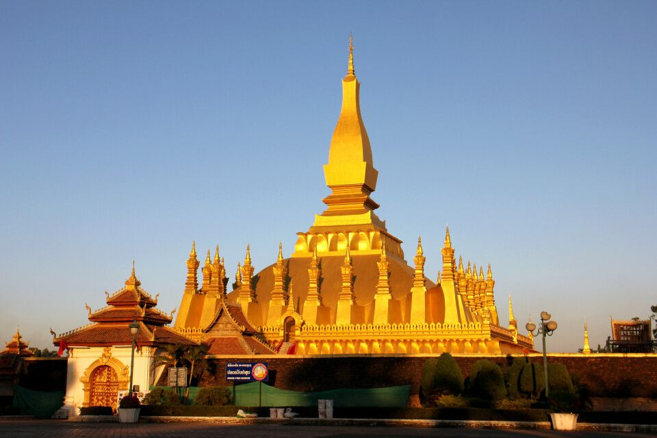 Wat Tat Luang – das Nationalheiligtum des Landes im Abendlicht