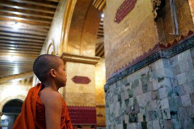 Junger Mönch morgens in Mandalay