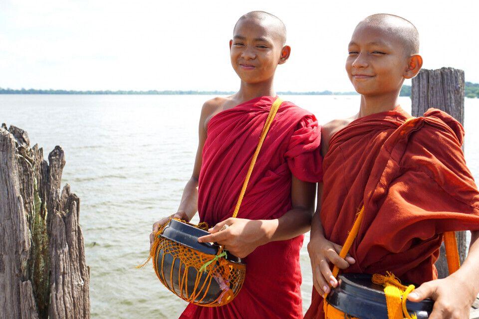 Junge Mönche auf der U-Bein-Brücke