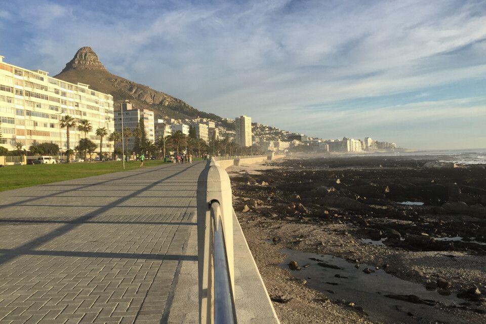 Kapstadt allein ist eine Reise wert und man sollte es sich nicht entgehen lassen, die Stadt vor Antritt der Reise auf eigene Faust zu erkunden. Die wichtigsten Höhepunkte erreicht man gut mit der roten Linie. Diese City Sightseeing Busse halten an festen