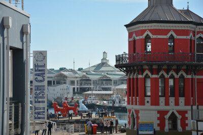Auf der To Do Liste eines jeden ersten Kapstadtbesuches sollte ein Bummel an der Alfred and Victoria Waterfront stehen. Und für den kleinen oder großen Hunger ist der V&A Food Market ein Muss. Hier gibt es nicht nur das, wie ich finde, beste Biltong des L