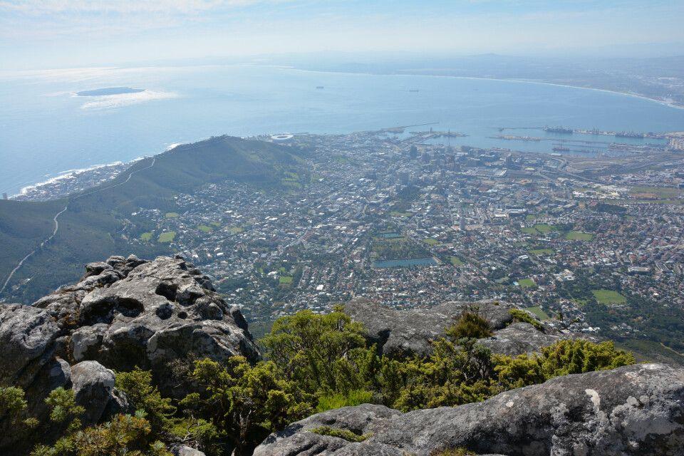 Spielt das Wetter mit und es sind keine Wolken (das sogenannte Tischtuch) auf dem Tafelberg zu sehen, sollte man sich schnell auf den Weg machen und den Tafelberg zu Fuß oder per Seilbahn erklimmen. Von hier oben hat man eine atemberaubende Aussicht auf d