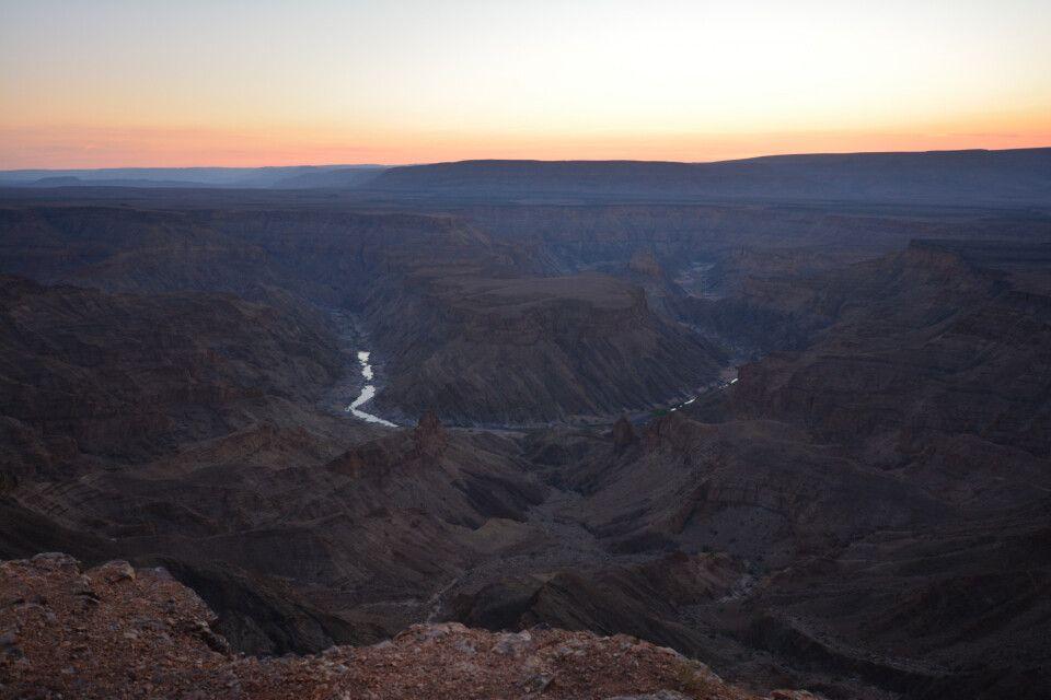 Dann geht es auch direkt weiter zum Fish-River-Canyon, wo wir nicht nur einen weiteren traumhaften Sonnenuntergang erleben, sondern mit etwas Glück auch die ersten Springböcke, Oryx-Antilopen und Zebras entdecken. Und es warten noch so viele Tiere auf die