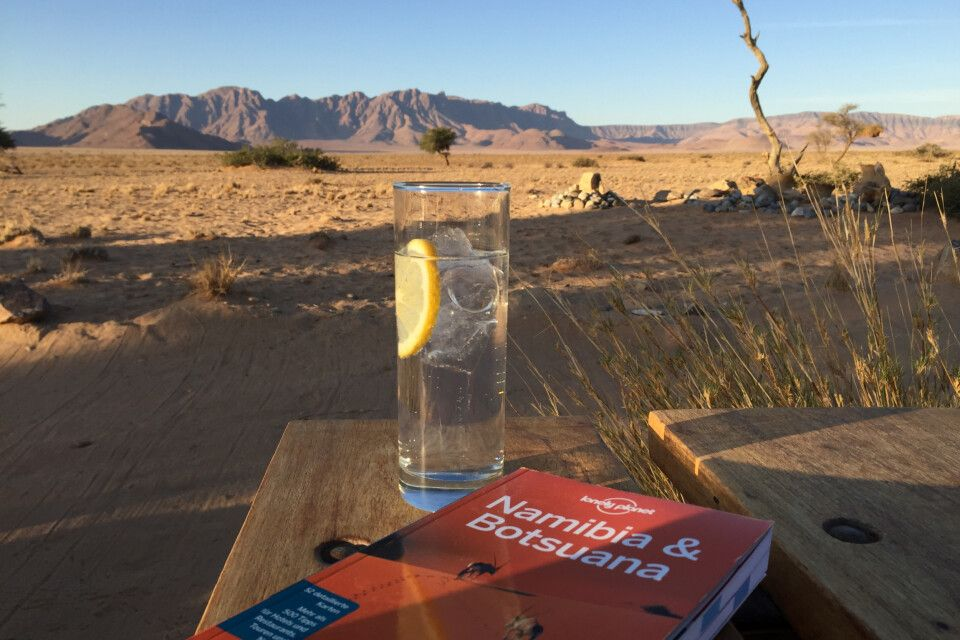 Zu meinem persönlichen Highlight der Reise fuhren wir am kommenden Morgen – zum Sossusvlei in der Namib-Wüste. Hier checken wir erst einmal in das sehr gut gelegene und gemütliche Dessert Camp ein und könnt den Sonnenuntergang am Pool mit Bar und spektaku