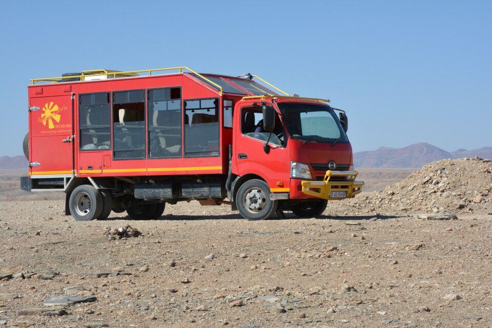 Und hier ist er! Der rote Elefant mit seinen großen Fenstern aus Sicherheitsglas bringt uns auf dieser Tour mit einer Strecke von rund 5400km sicher durch 4 Länder des südlichen Afrika. Mit im Gepäck: eine portable Küche mit immer ausreichend frischen Le