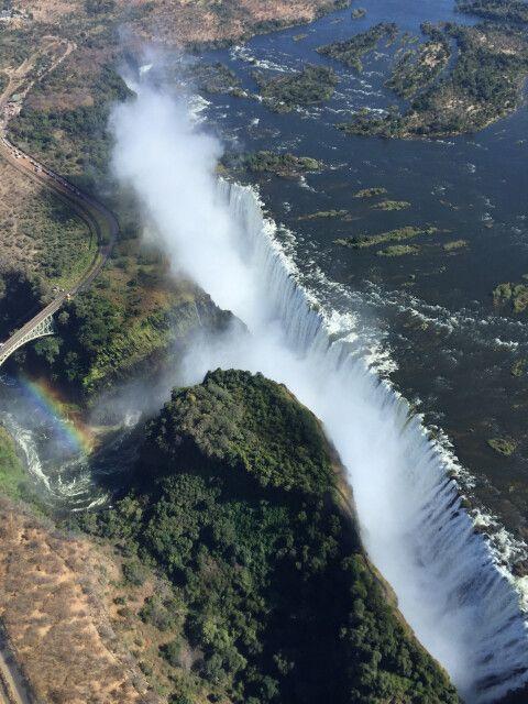 Das Ende der Tour rückt näher und es ist noch eine Grenze zu passieren. Von Botswana geht es nach relativ kurzer Fahrt nach Simbabwe und es steht nur noch ein Ziel auf dem Programm – die Victoriafälle. Besonders nach der Regenzeit, wenn der Sambesi voller