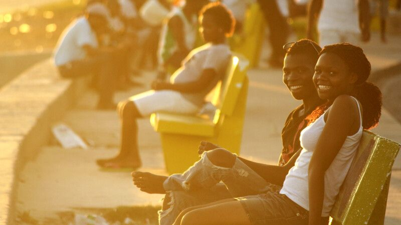 Junges Paar an der Strandpromenade von Beira © Diamir