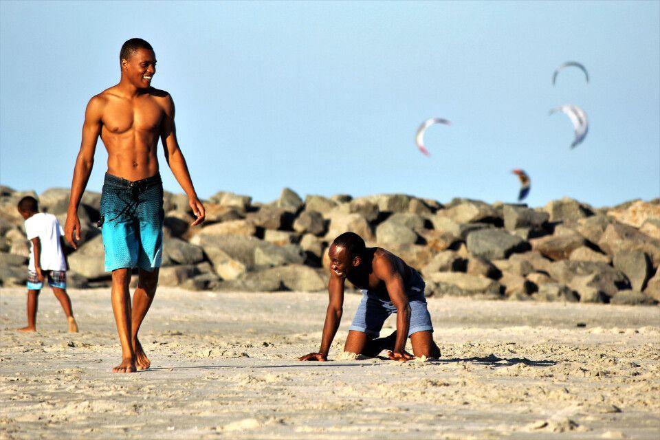Junge Maputense trainieren am Strand der Costa do Sol, Maputo