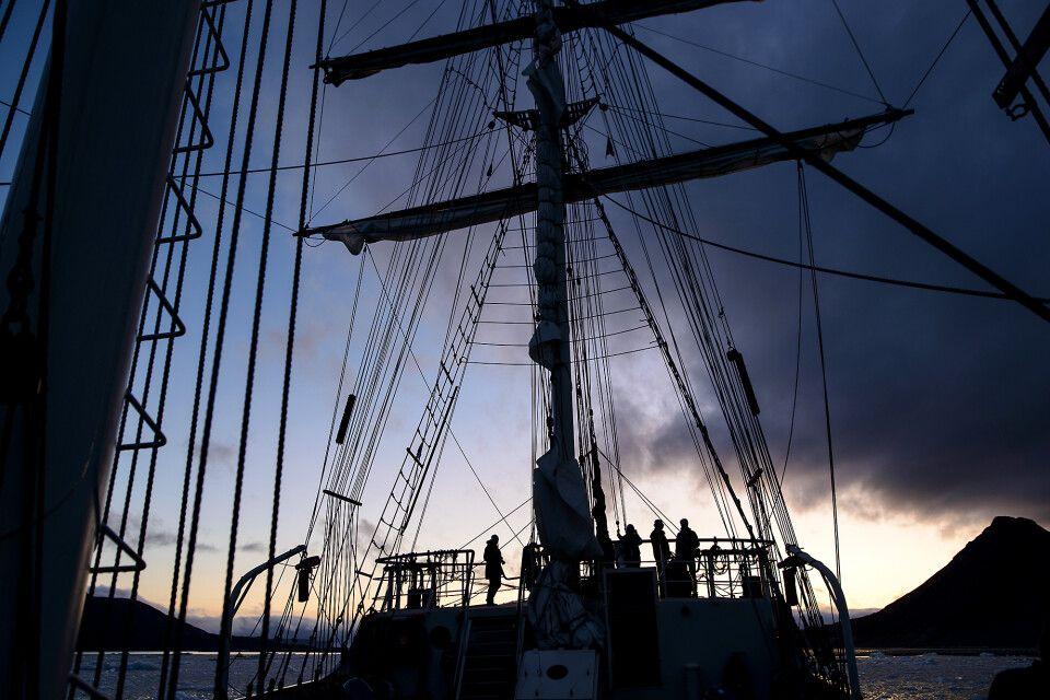Fantastisches Licht nach Sonnenuntergang im Kongsfjord