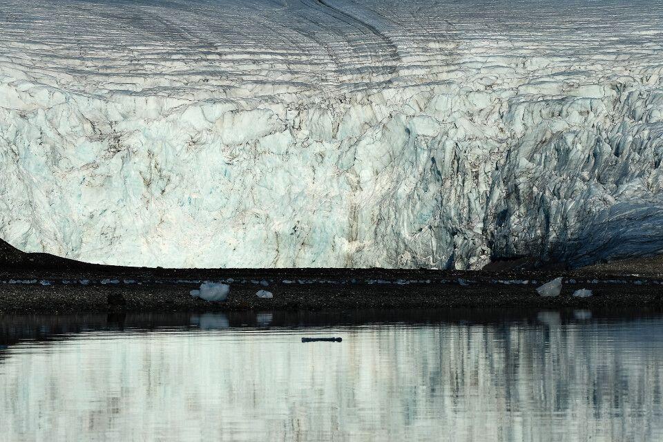 Großes Eis: Gletscherkante in einem Fjord Spitbergens