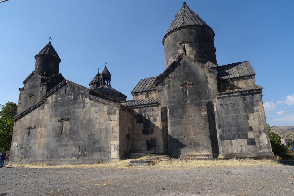 Kloster und Kirche Tegher nähe des Dorfes Tegher und gegenüber Schlucht des Dorfes Byurakan in Westarmenien