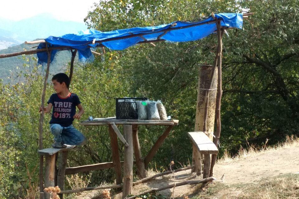 Junge verkauft Naschereien