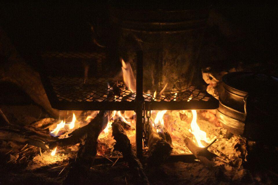 abendliches Kochen am Lagerfeuer