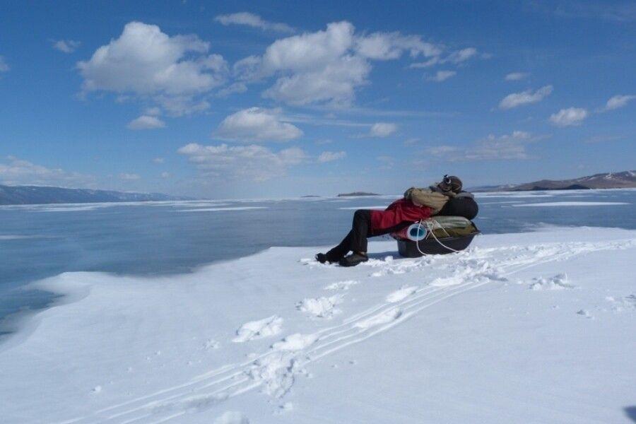 Pause mit Blick auf den zugefrorenen See