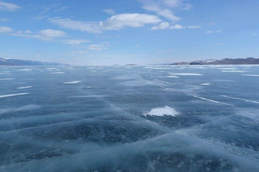 Meterdckes Eis auf dem Baikalsee