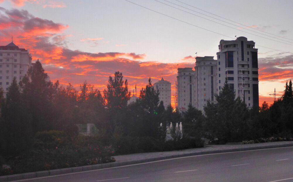 Häuserfront im Abendlicht