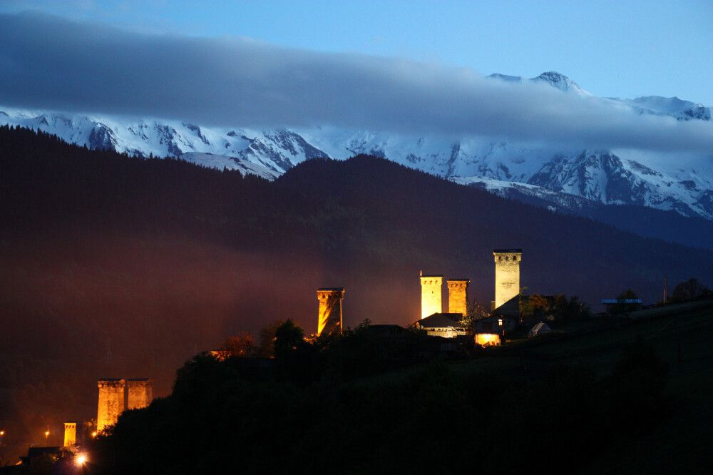 Turmensemble in Mestia bei Nacht