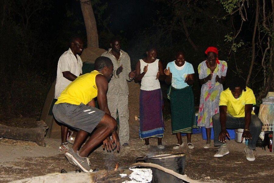 Abends am Feuer im Okavango-Delta