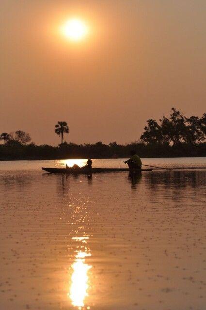 Mit dem Mokoro in den Sonnenuntergang, im Okavango-Delta