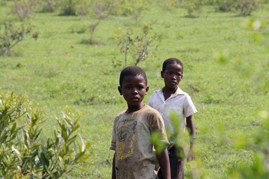 Interessierte Kinder bei den Zulu