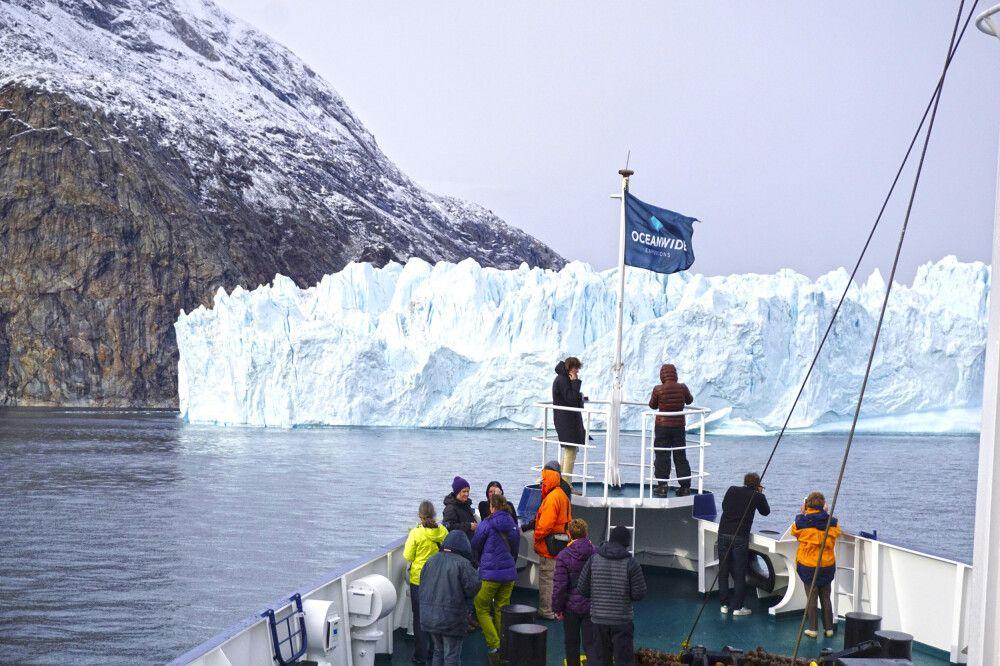 Die Plancius vor gewaltiger Gletscherkulisse