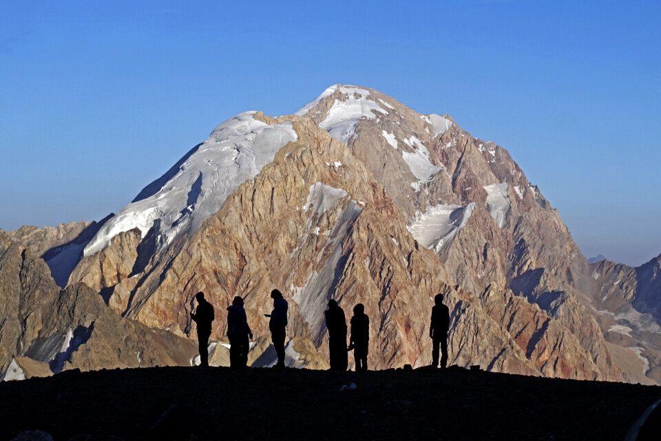 Menschengruppe vor dem Berg