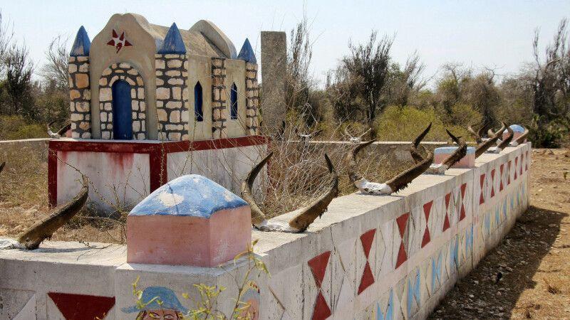 Bunte und prunkvolle Grabstätten des Mahalafy-Volks © Diamir