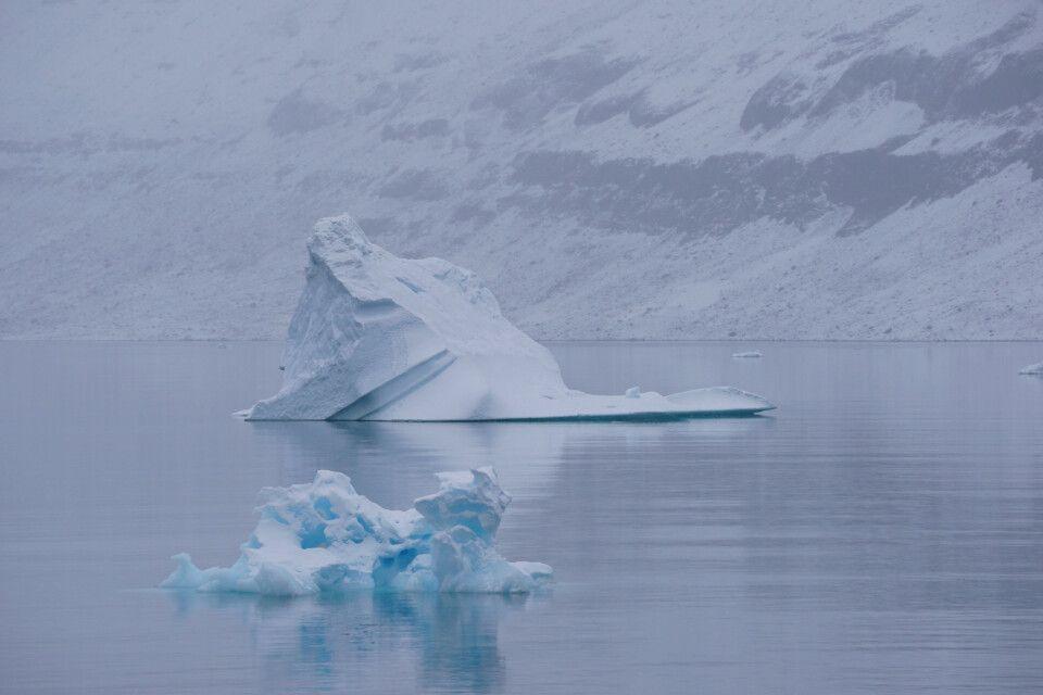 Gigantische Eisberge vor mystischer Kulisse
