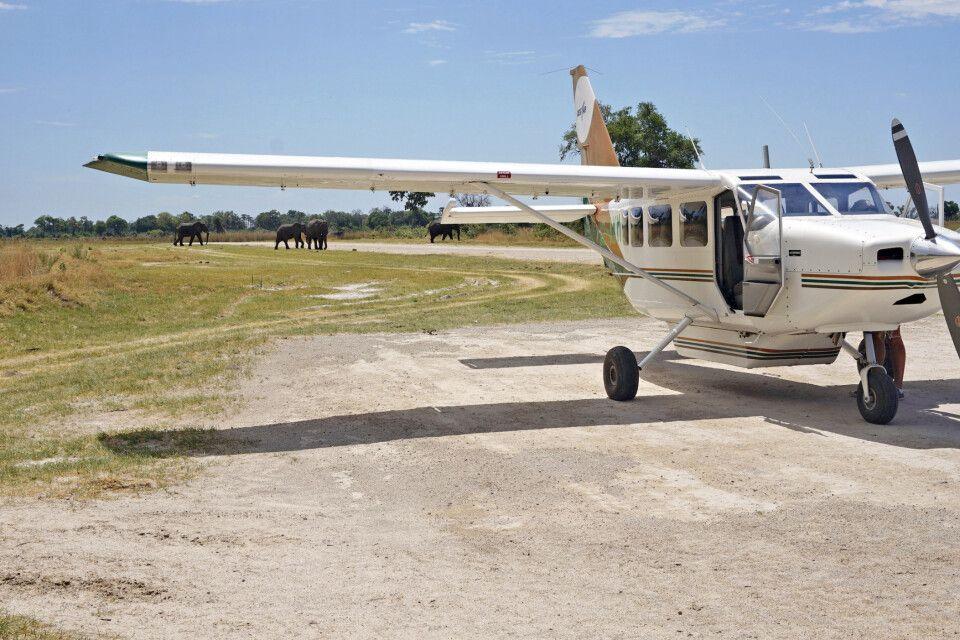 Kleinflugzeug auf einer Landebahn im Okavango-Delta