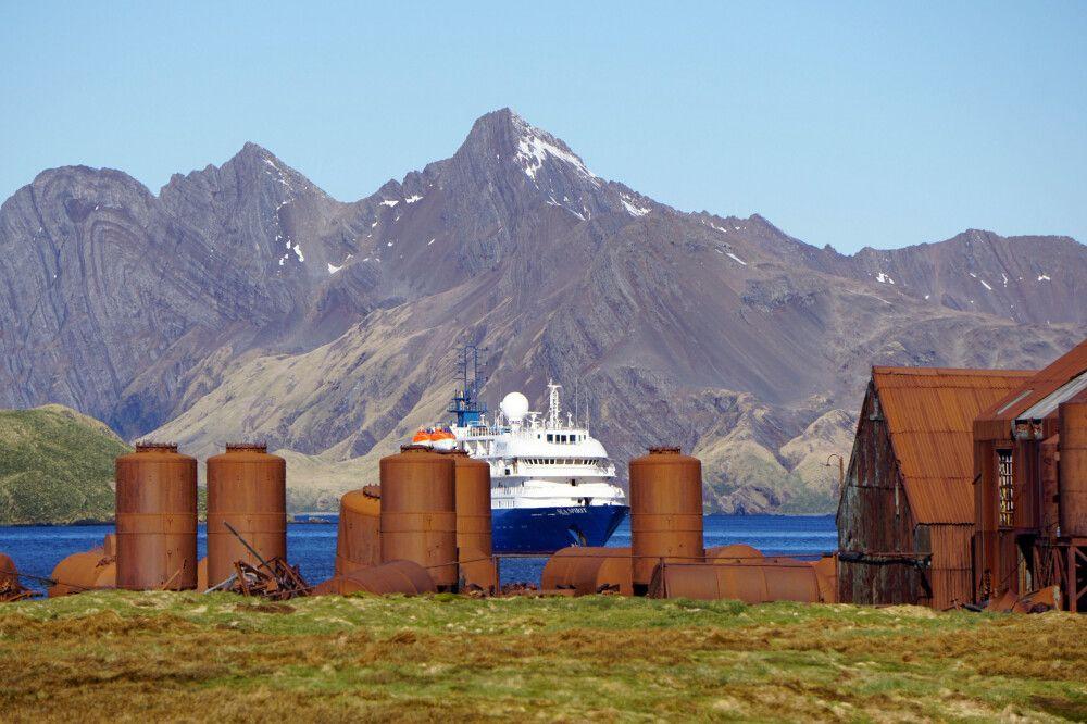Die Sea Spirit hinter der ehemaligen Walfang-Station Stromness