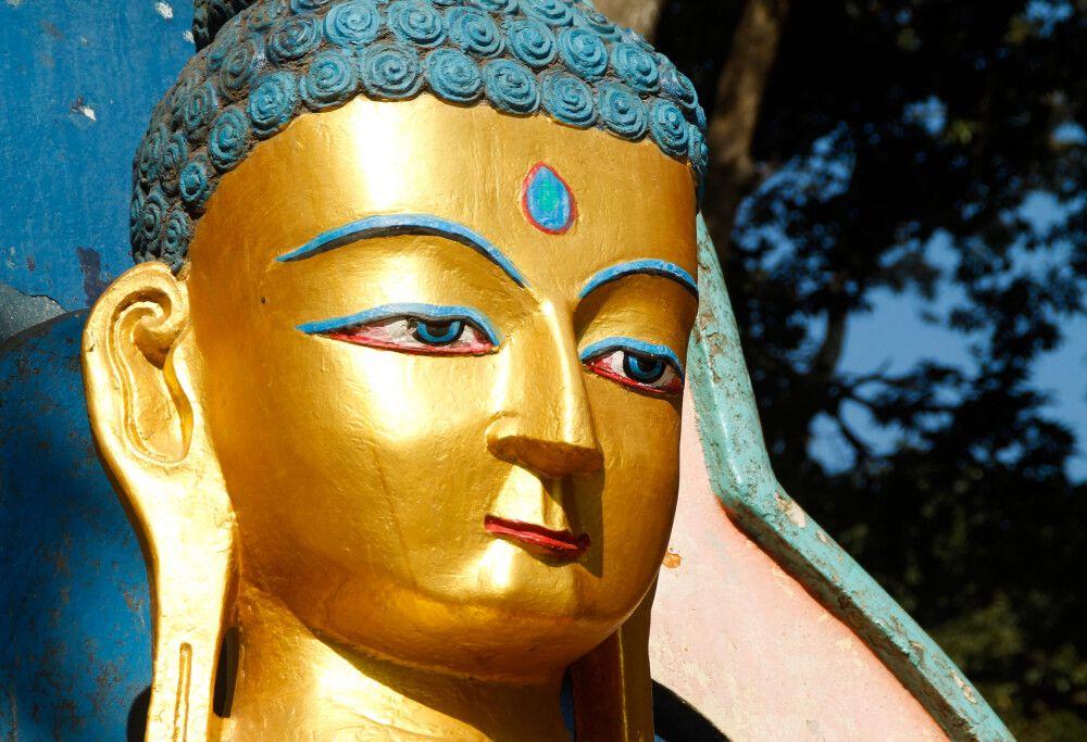 Buddha-Statue am Fuße des Affentempels Swayambhunath