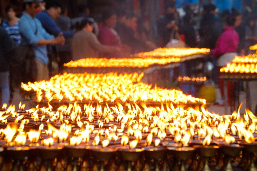Zeremonie mit unzähligen Butterlampen am Fuße der Boudhanath Stupa