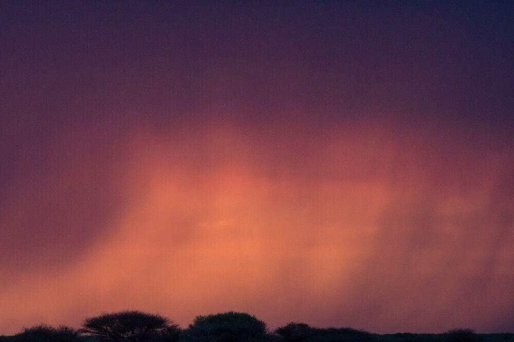 Abendlicher Farbenzauber mit Regenfällen in der Ferne